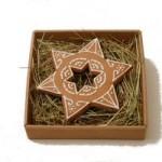 piernik w kształcie gwiazdki, z dziurką w środku także w kształcie gwiazdki, na sianku, w pudełku z mikrofali