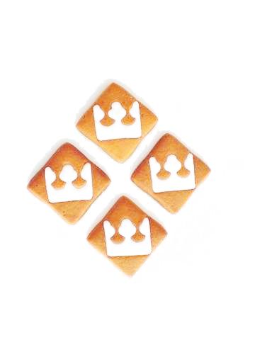 cztery pierniczki kwadratowe z logo w kształcie białej korony