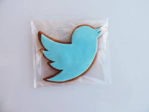 piernikowy ptaszek -Twitter. Na pierniku pomada odwzorowujaca niebieski logotyp
