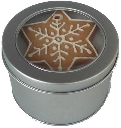 Pierniczki choinkowe wielkości 7-8 cm w okrągłym pudełku metalowym. Wieczko ma szybkę, przez którą widać piernik w kształcie gwiazdki, z dziurka do zawieszania na choince