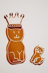 Dwa kotki z piernika, w tym jeden w koronie